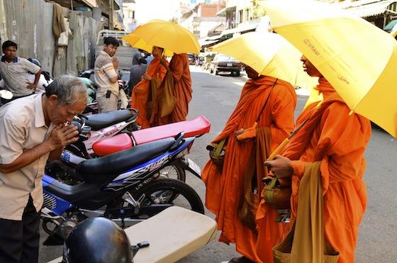 Monjes budistas paseando por las calles de Phnom Penh