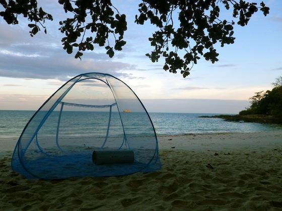 Utilizando nuestra tienda mosquitera en una playa de Ko Samet, Tailandia
