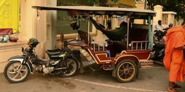Conductor de tuktuk descansando en una hamaca