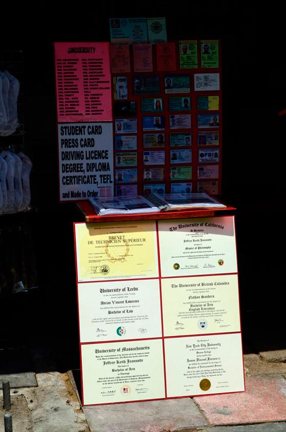 Las falsficaciones de diplomas y carnets son habituales en Khao San Road, Bangkok