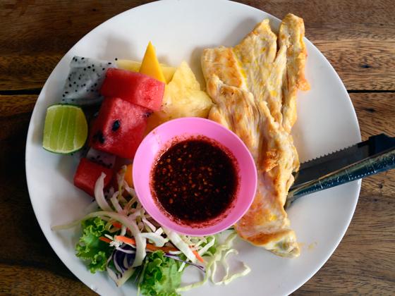 Pollo con frutas en Bangkok, Tailandia