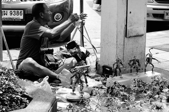 En las calles de Bangkok puedes encontrar vendedores ofreciendo cualquier cosa
