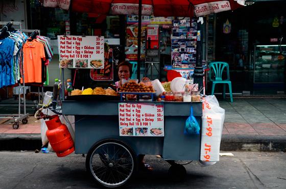 Pad Thai a la venta en los puestos callejeros de Bangkok, Tailandia