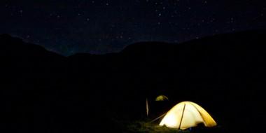 Tienda de campaña bajo las estrellas