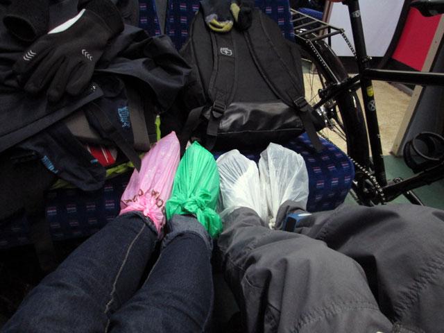El frío y la falta de calcetines secos nos llevó a utilizar bolsas de plástico como calcetines