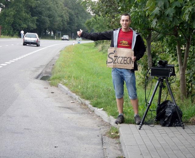 Hacer autostop en una parada de autobús