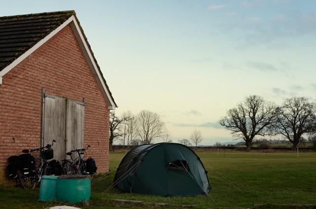 Camping en un campo de fútbol en Inglaterra
