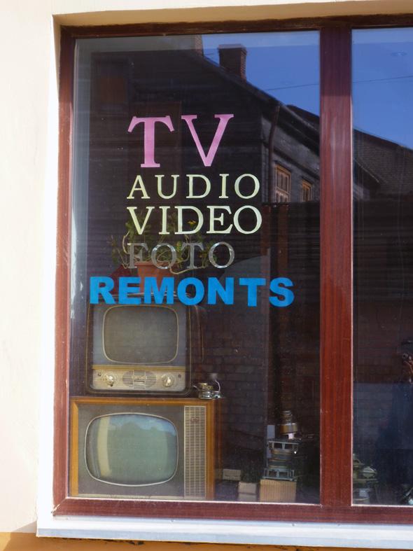 Una tienda de televisiones de segunda mano en Liepaja, Letonia