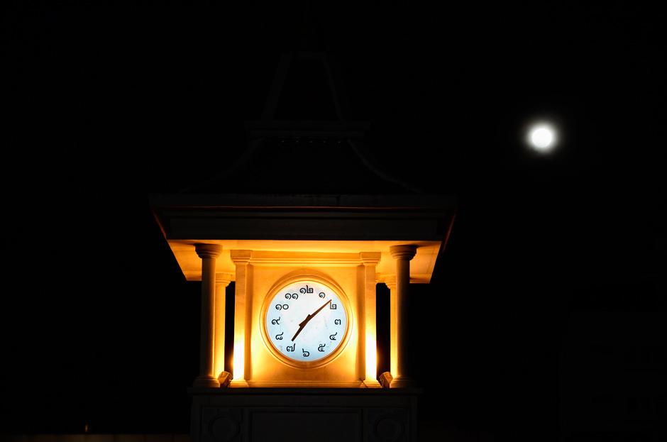 Reloj en un parque de Phuket