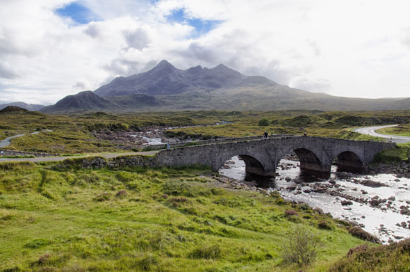 Cruzando el puente en la isla de Skye