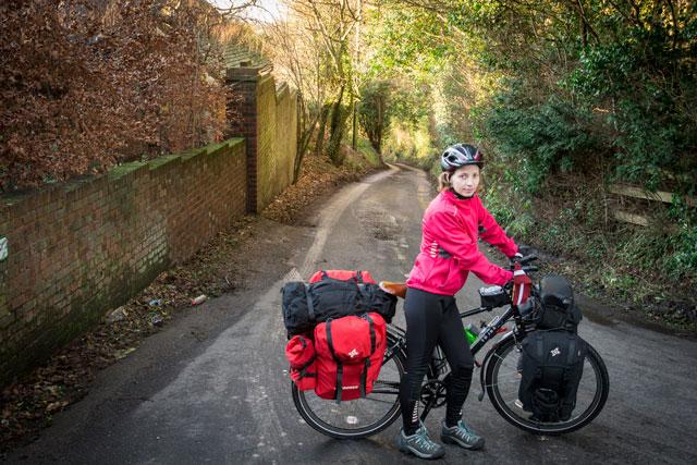 Empujando las bicicletas por las cuestas de Kent.