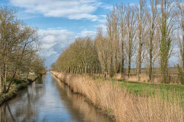 Camino cruzando un canal en Francia