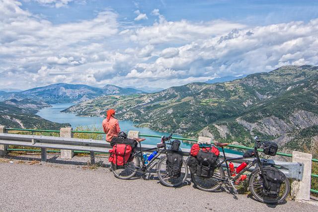 Mirador del lago en los Alpes