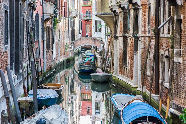 Canal estrecho en Venecia