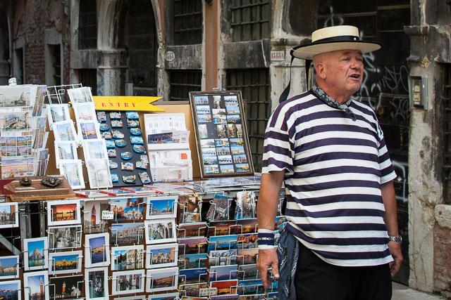 Vendiendo postales en Venecia