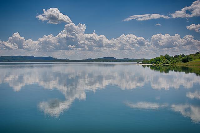 Reflejos en el pantano del Ebro