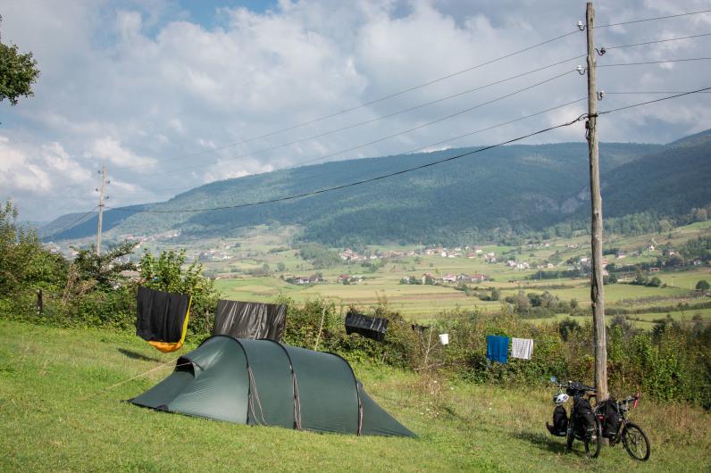 Secando nuestra tienda de campaña en Bosnia