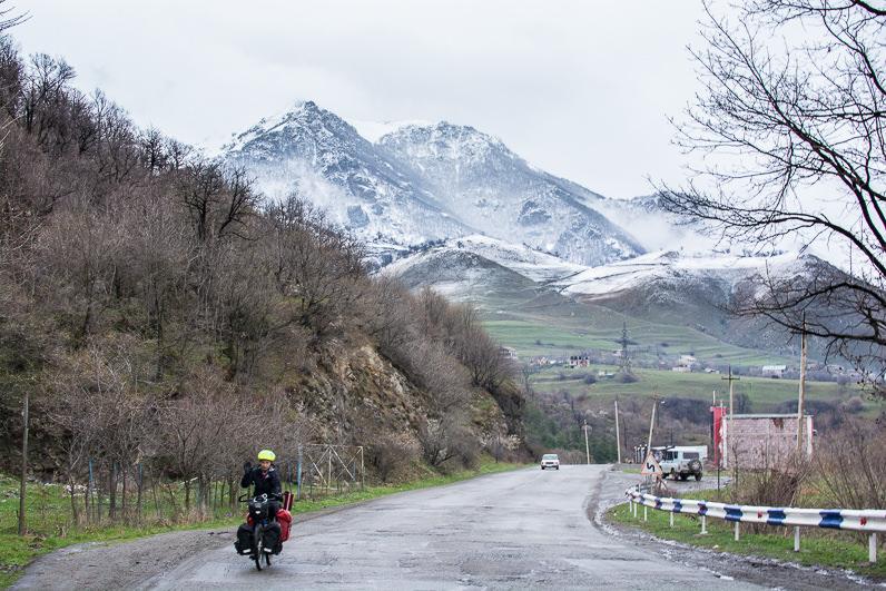 Pedaleando con nieve en Armenia