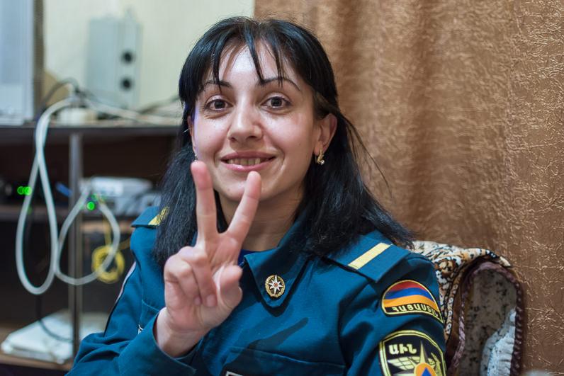 Una mujer bombero en Armenia