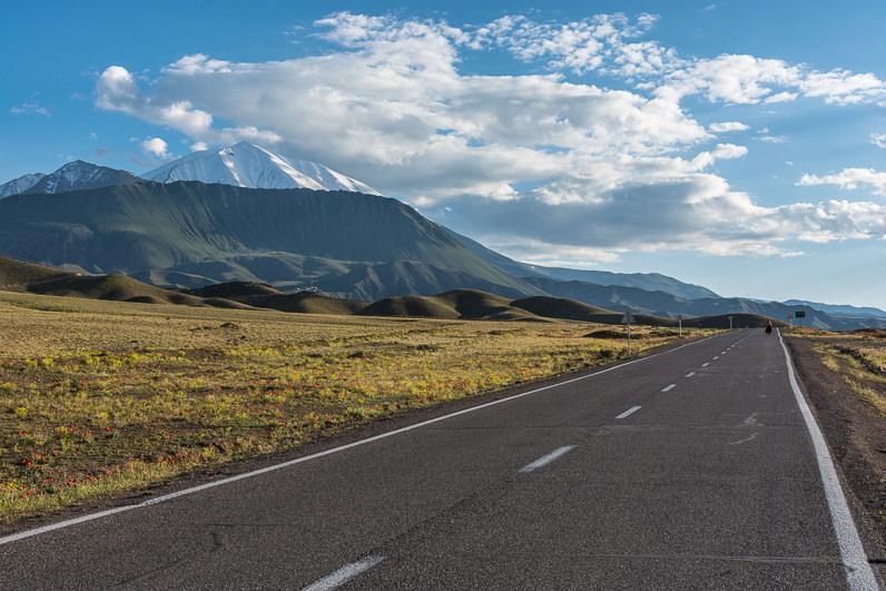 Carretera entre las montañas en Irán