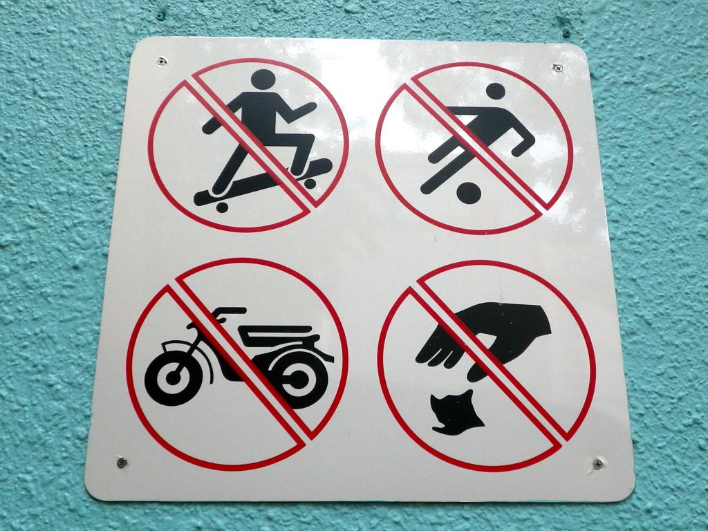 Nada de patinetes, ni jugar con la pelota, ni ir con motos, ni tirar basura...