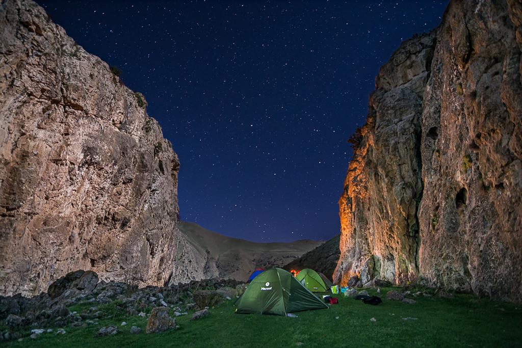 Acampando bajo las estrellas en el Cañon del Infierno en Armenia