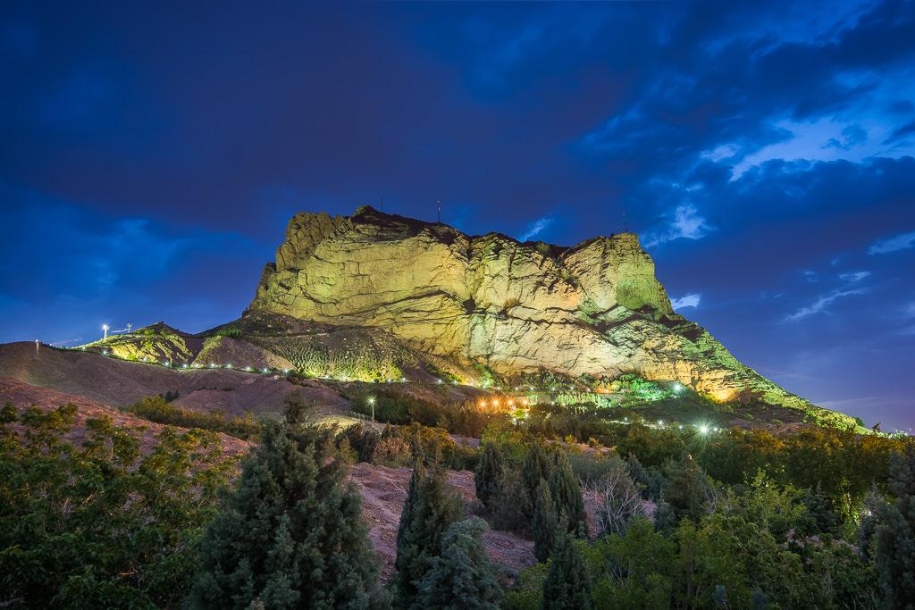 Monte de Isfahán por la noche